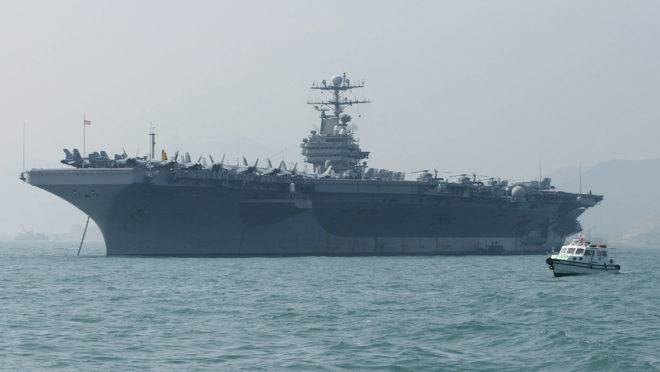 Porta-aviões USS Abraham Lincoln ancorado em Hong Kong, em 2004.