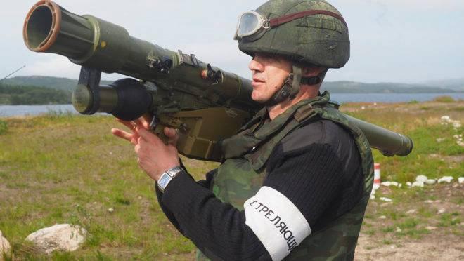 Soldado russo com um lançador portátil de mísseis terra-ar semelhante ao usado por tropas venezuelanas no treinamento de rebeldes do Exército de Libertação Nacional, na Colômbia