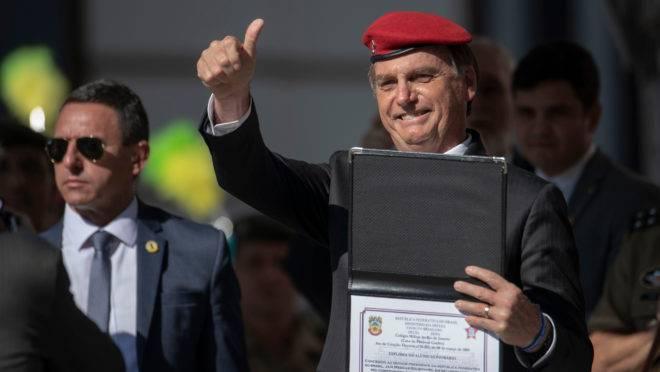 Bolsonaro recebe título honorário do Colégio Militar do Rio de Janeiro em 6 de maio de 2019.