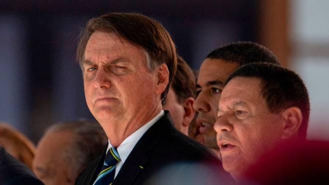 O presidente Jair Bolsonaro e o vice-presidente general Hamilton Mourão em cerimônia no Colégio Militar do Rio de Janeiro em 6 de maio de 2019