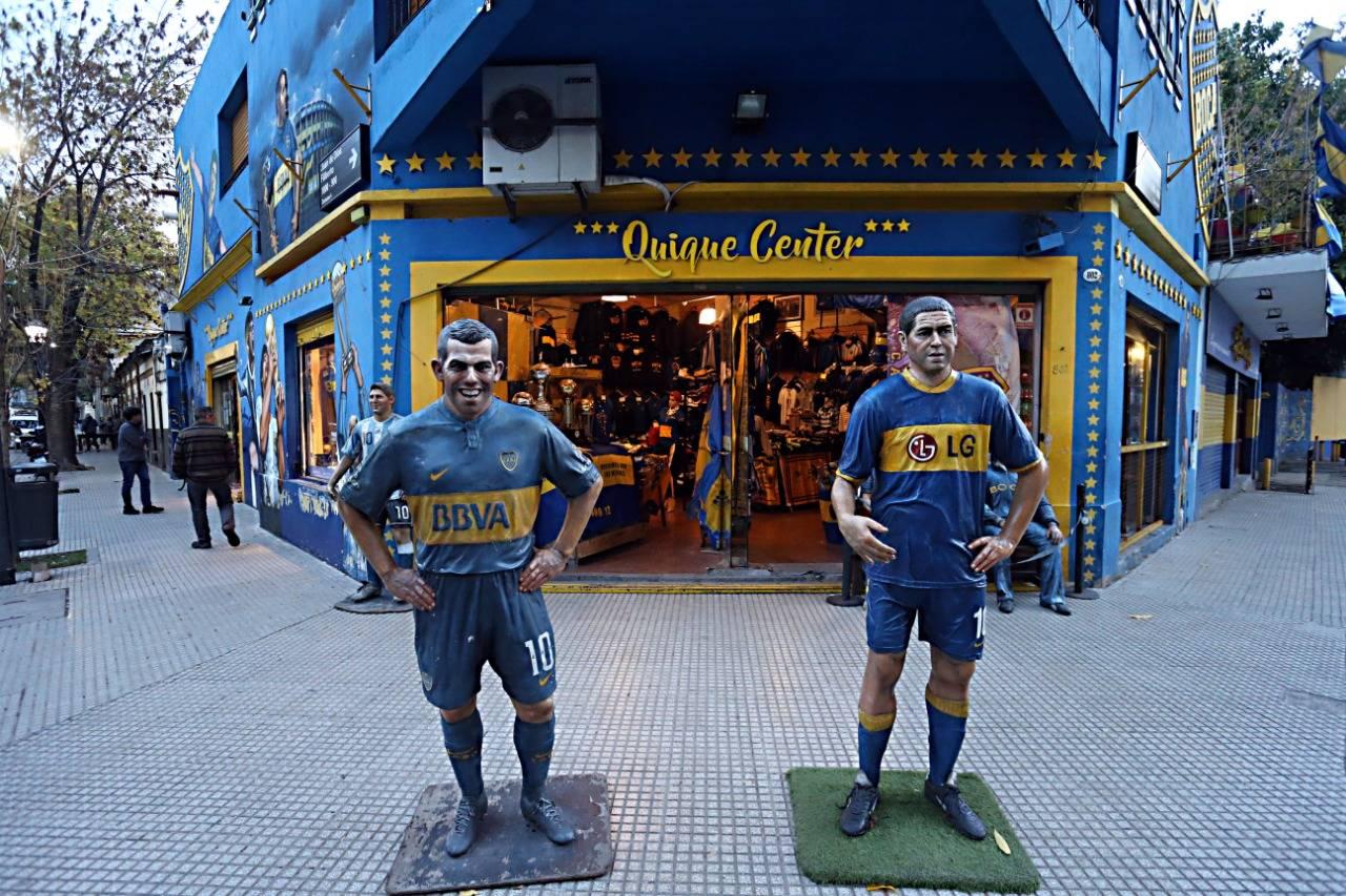 Tevez e Riquelme são atrações em frente da Bombonera. Albari Rosa/Gazeta do Povo