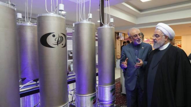 Presidente iraniano, Hassan Rouhani, conversa com o chefe da organização de tecnologia nuclear iraniana, Ali Akbar Salehi