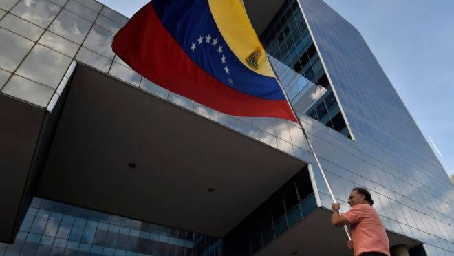 Manifestante anti-Maduro agita uma bandeira da Venezuela durante protesto no leste de Caracas