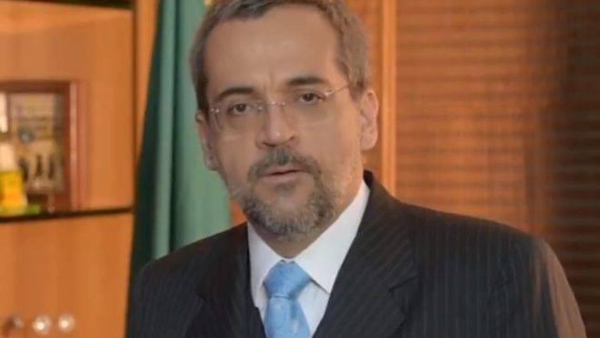 A imagem mostra o ministro Abraham Weintraub em vídeo em que explica o contingencionamento de verbas no Ministério da Educação.