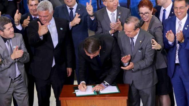 O presidente da República, Jair Bolsonaro, assina o decreto que dispõe sobre a aquisição, o cadastro, o registro, a posse, o porte e a comercialização de armas.