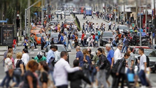 Dezenas de pessoas caminham pelas ruas do centro de Curitiba. Foto: Antonio More/Arquivo Gazeta do Povo