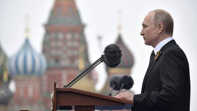 Presidente russo Vladimir Putin faz um discurso durante o desfile militar do Dia da Vitória