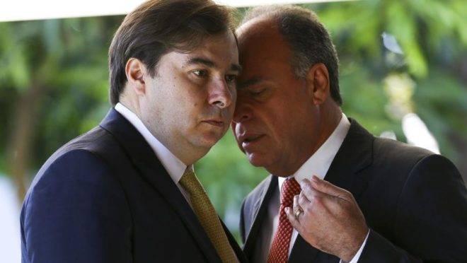 O presidente da Câmara Rodrigo Maia (DEM-RJ), conversa com o senador Fernando Bezerra Coelho (MDB-PE). Foto: Marcelo Camargo/Agência Brasil