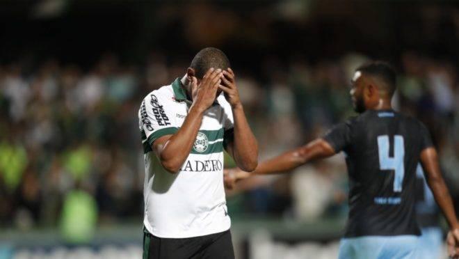 Rodrigão lamenta pênalti desperdiçado contra o Londrina no Couto