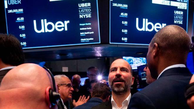 O CEO do Uber, Dara Khosrowshahi, conversa com os traders na estreia da empresa na Bolsa de Nova York.