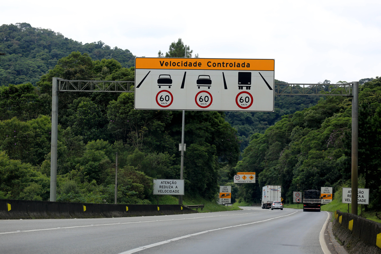 Placa informa presença de radar na rodovia