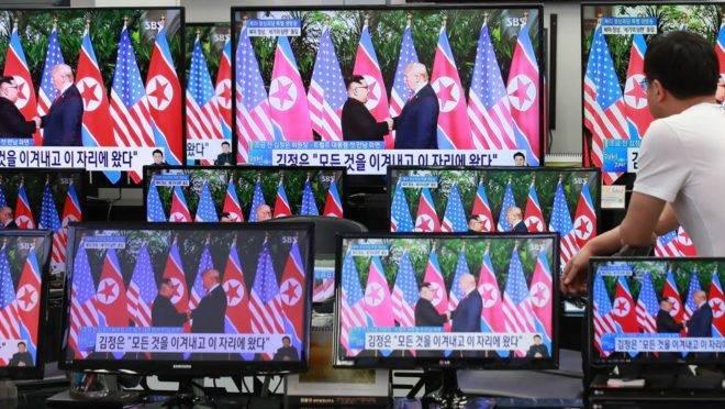 Telas de televisão mostram o encontro entre Donald Trump e Kim Jong Un, em uma loja de eletrônicos em Seul, Coreia do Sul, 12 de junho de 2018