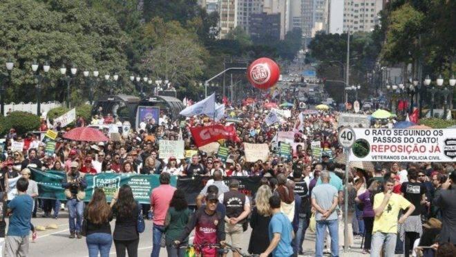 Servidores do Estado do Paraná fazem manifestação no Centro Cívico