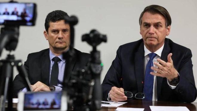 O presidente Jair Bolsonaro faz transmissão ao vivo ao lado do ministro da Justiça e Segurança Pública, Sergio Moro.