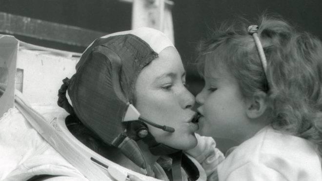 A astronauta Anna Fisher beija sua filha Kristin depois de treinar em Houston para uma caminhada espacial, em 1985.