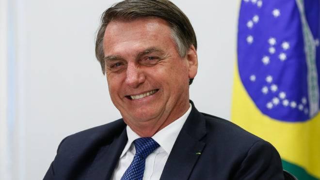 O presidente Jair Bolsonaro concedeu entrevista ao jornalista Milton Neves, da Rádio Bandeirantes, neste domingo (12).