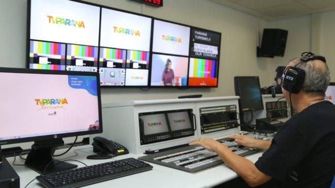 Mesa de operação da TV Paraná Turismo
