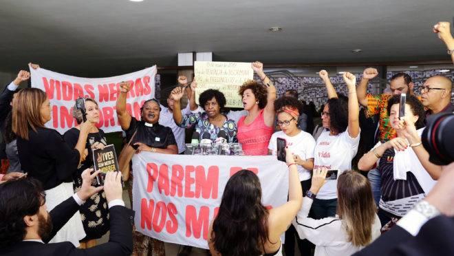 Manifestantes de movimentos negros na Câmara.