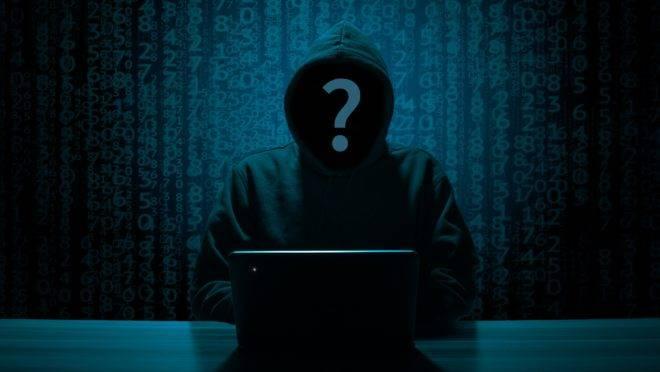 Hacker sentado ao computador