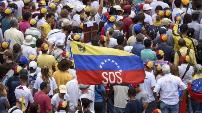 Apoiadores do presidente interino Juan Guaidó participam de manifestação em Caracas, 11 de maio