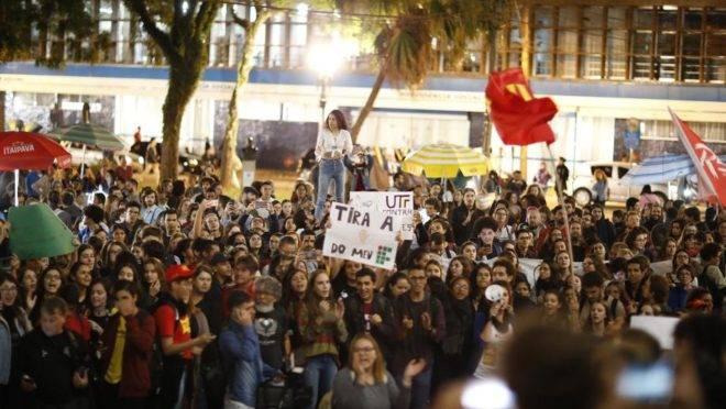 Protesto de estudantes contra o bloqueio de verbas na Educação realizado na última semana. em Curitiba. Foto: Hedeson Alves/Gazeta do Povo