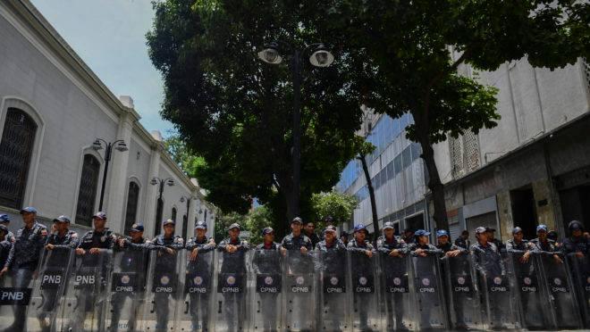 Membros da Polícia Nacional Bolivariana da Venezuela montam guarda nos arredores do Palácio Legislativo Federal