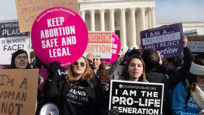 Ativistas pró-vida e pró-aborto protestam em frente à Suprema Corte dos Estados Unidos