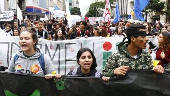 Manifestação na Praça Santos Andrade na manhã desta quarta-feira (15).