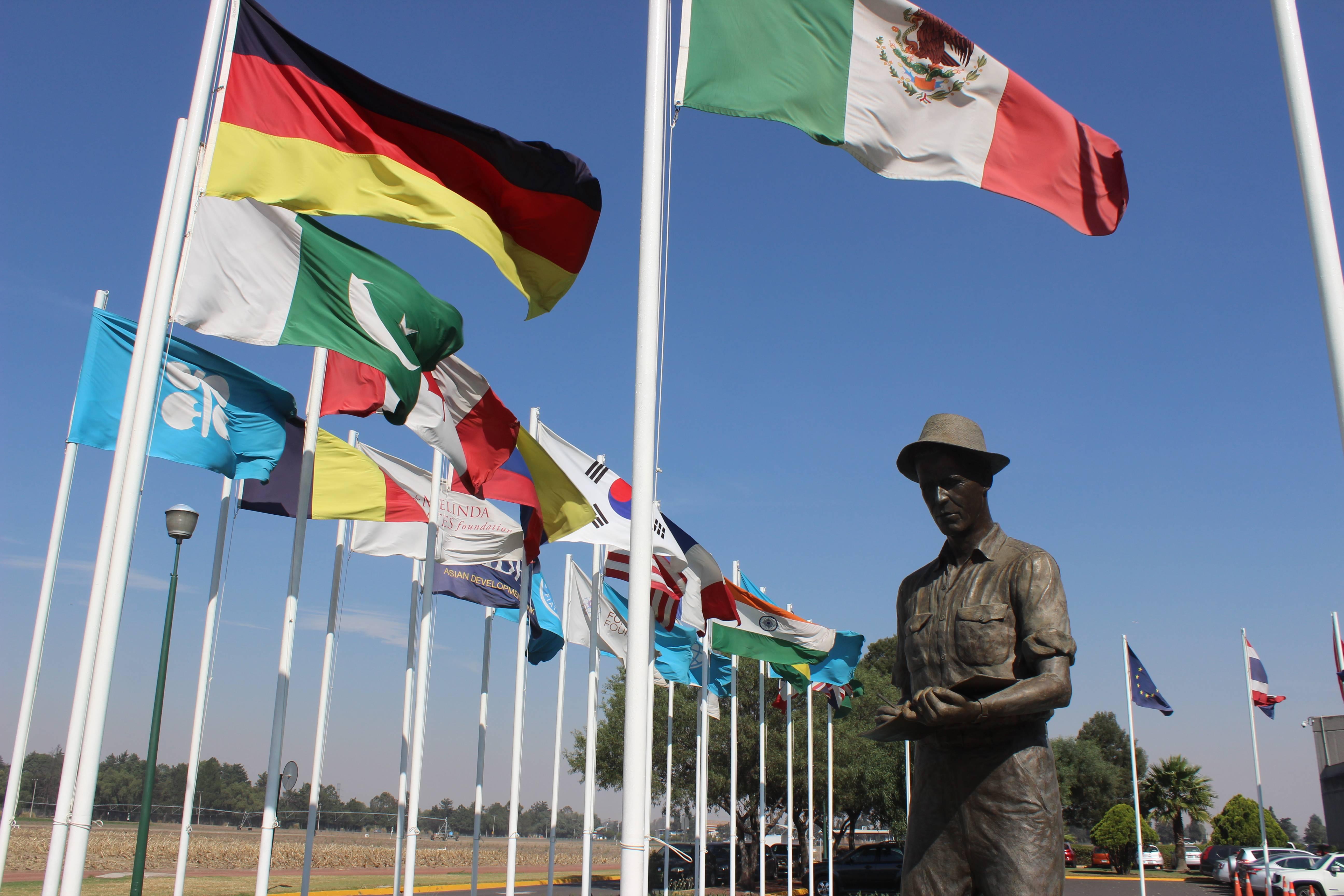 Estátua do prêmio Nobel da Paz Norman Borlaug em frente ao prédio-sede do Centro Internacional de Melhoramento de Milho e Trigo, em Texcoco, México