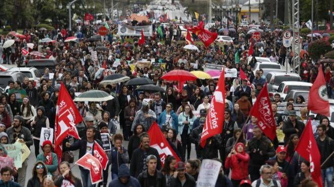 Após protesto parar o Centro de manhã, Curitiba deve ter mais atos nesta quarta