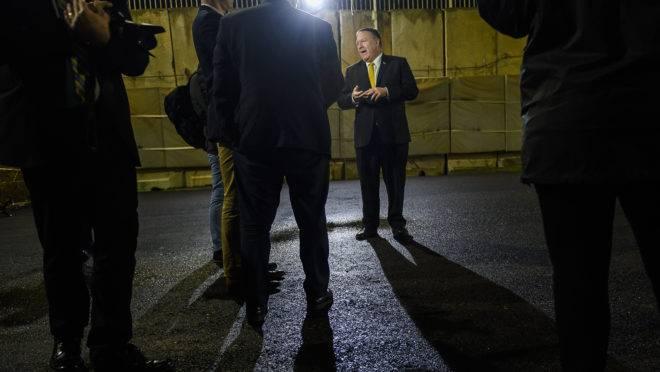Em janeiro de 2019, o secretário de Estado americano Mike Pompeo fala com a imprensa em frente à embaixada dos EUA em Bagdad