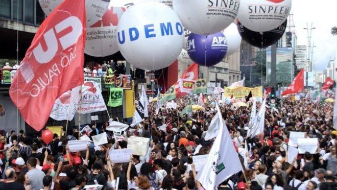Protestos contra cortes na educação na Avenida Paulista.