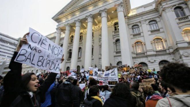 Protesto contra os cortes na educação em frente ao prédio histórico da UFPR.