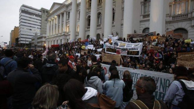 Protesto nas escadarias da UFPR contra os cortes de verbas na educação. Foto: Átila Alberti/Tribuna do Paraná