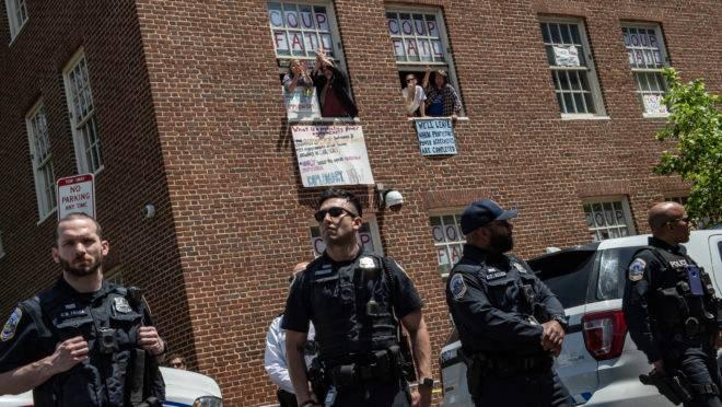 Partidários e ativistas de pró-Nicolás Maduro ocupam a embaixada venezuelana em Washington, em 15 de maio