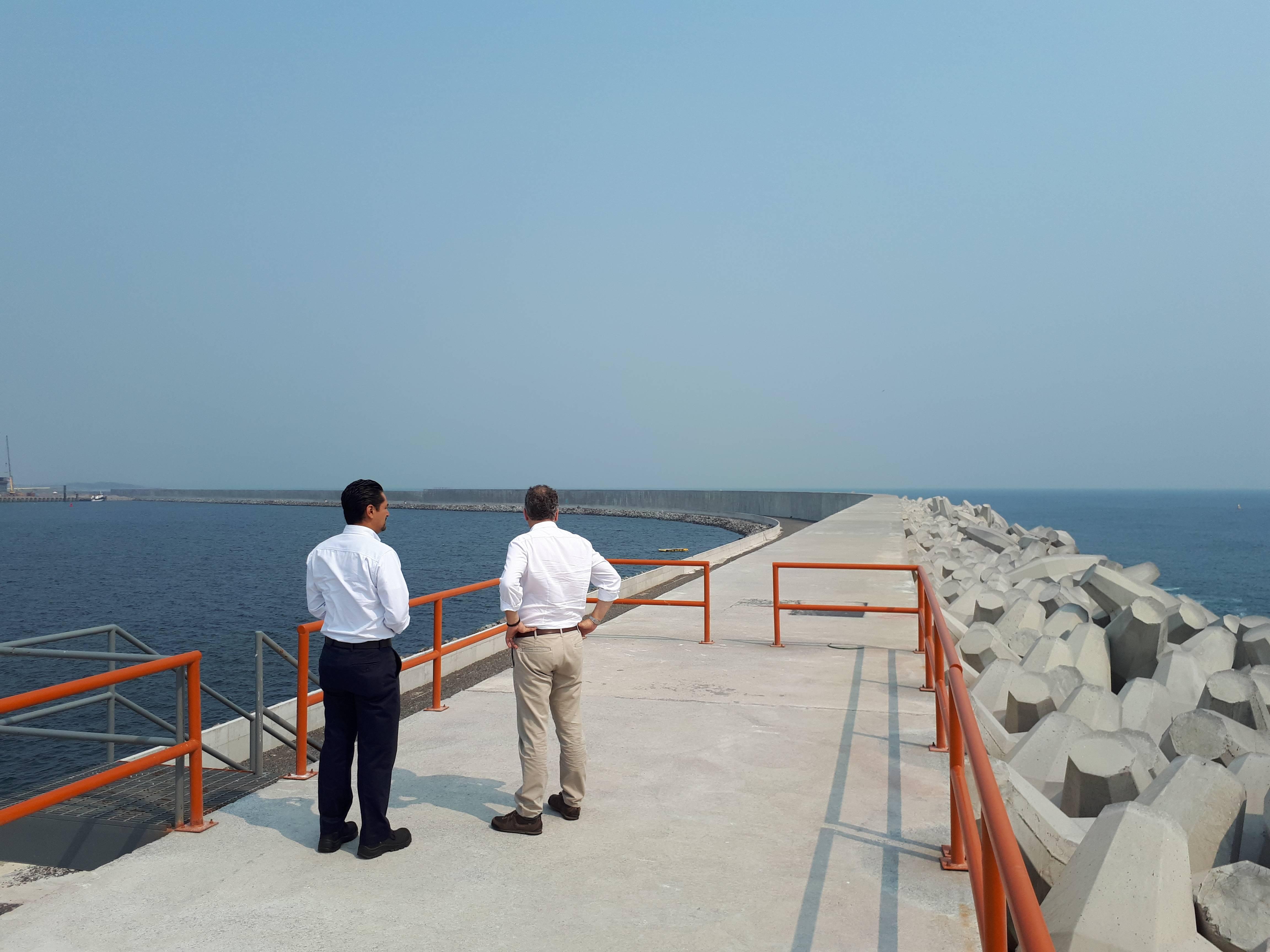 Vista parcial do muro quebra-mar de mais de quatro quilômetros no novo Porto de Veracruz.