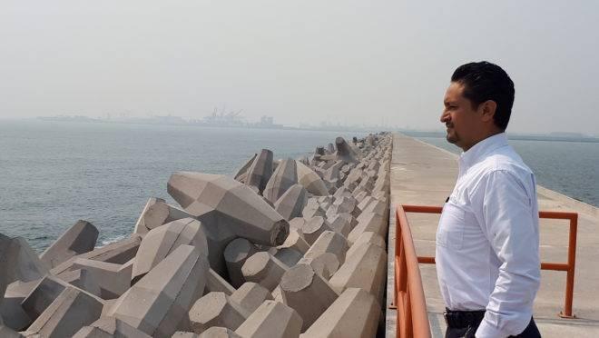 Para novo porto, foi construído um muro de mais de quatro quilômetros de extensão e dez metros de altura