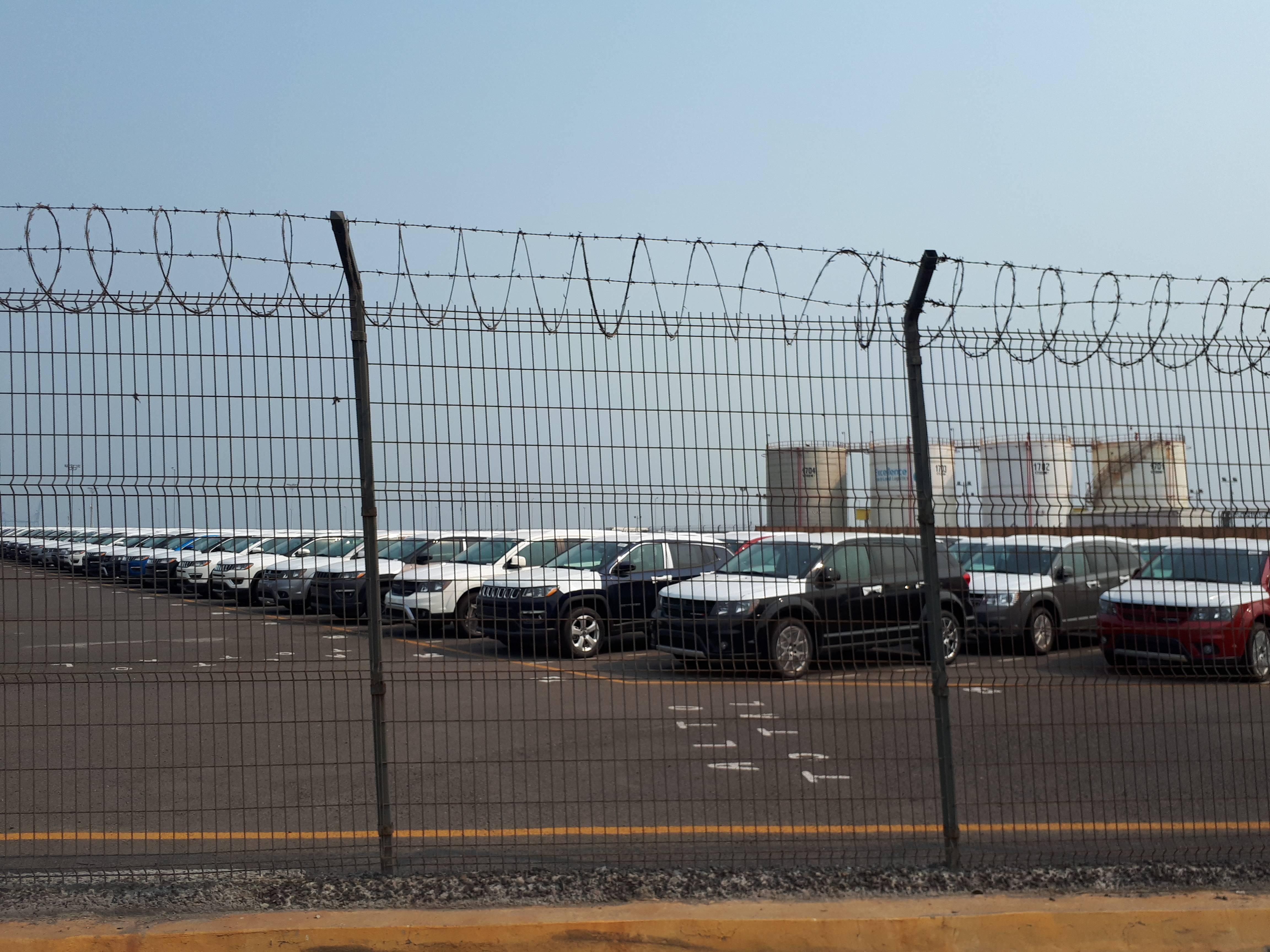 Automóveis estacionados para exportação no Porto de Veracruz