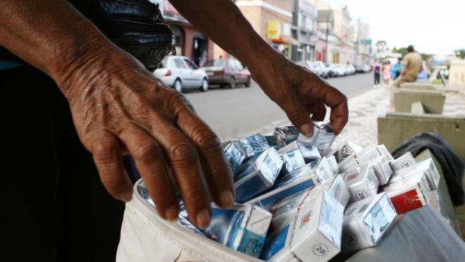 Cigarros contrabandeados são um dos exemplos de como as facções criminosas brasileiras agem para dominar esse mercado.