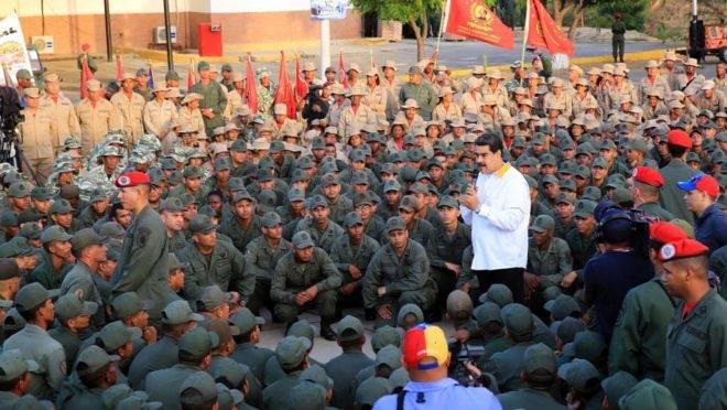 """Foto distribuída pelo Palácio de Miraflores mostra o ditador Nicolás Maduro discursando para tropas durante a """"marcha da lealdade"""", em Vargas, Venezuela, 14 de maio"""