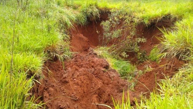 Para o geólogo Rodrigo Faria, crateras são indicativo de que tremores podem ter sido causados pelo bombeamento de água.
