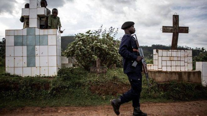 Um policial acompanha caixões contendo duas vítimas de ebola ao entrar no cemitério em Butembo, 16 de maio. A cidade de Butembo está no epicentro da crise do ebola, mais de 1000 pessoas já morreram neste surto da doença na República Democrática do Congo