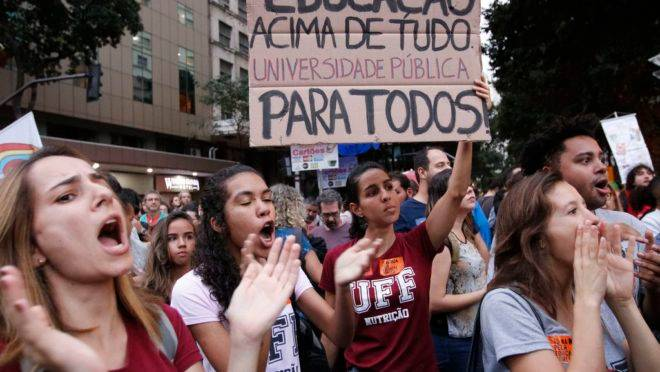 Estudantes e professores de institutos federais e universidades fazem manifestação no rio de Janeiro em protesto contra o bloqueio de verbas da educação.
