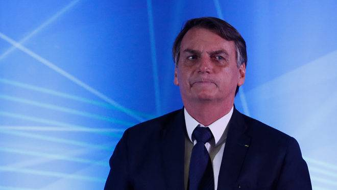 O presidente da República, Jair Bolsonaro (PSL), participou de uma solenidade no Palácio Iguaçu, em Curitiba, na tarde desta sexta-feira (10), em sua primeira visita à cidade desde que tomou posse. No mesmo dia, poucas horas antes, esteve em Foz do Iguaçu, assinando a ordem de serviço para a construção de uma nova ponte entre o Brasil e Paraguai.Na capital paranaense, onde chegou por volta das 16h40, a missão de Bolsonaro foi dar início ao funcionamento do Centro Integrado de Inteligência de Segurança Pública da Região Sul (CIISP-Sul), estrutura inaugurada em dezembro do passado pelo então ministro da Segurança Pública, Raul Jungmann.