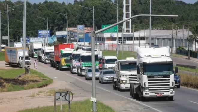Um pronunciamento do presidente Jair Bolsonaro (PSL) fez com que o Sindicato dos Transportadores Autônomos do Paraná (Sinditac-PR) se mobilizasse para uma manifestação. O ato, que não teve a intenção de parar as atividades dos trabalhadores, percorreu a Linha Verde na manhã deste sábado (30). Os caminhoneiros reivindicaram o cumprimento da tabela de fretes mínimos e um prazo mínimo de 30 dias para reajuste dos preços do diesel.