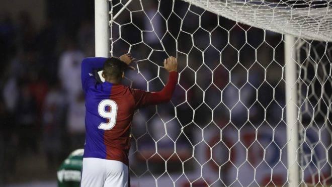 Jeníson lamenta chance perdida no duelo sem gols entre Paraná Clube e Guarani.