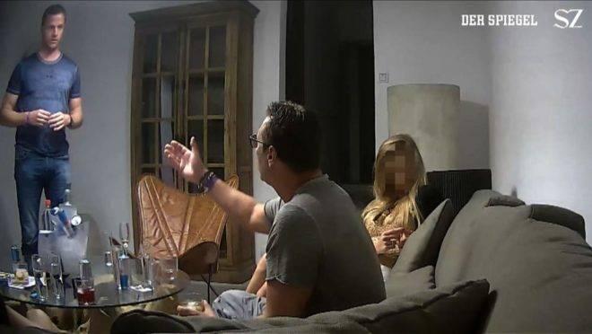 Imagem do vídeo que mostra Heinz-Christian Strache (ao centro), vice-chanceler da Áustria durante um encontro que foi gravado secretamente em Ibiza, Espanha, em 2017