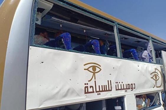 Ônibus atingido por explosão nas proximidades das pirâmides de Gizé, nos arredores do Cairo, no Egito.