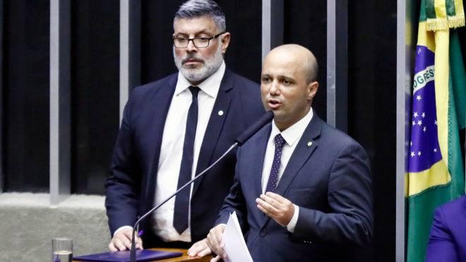 O líder do governo Bolsonaro na Câmara, Major Vitor Hugo (PSL-GO), discursa no Plenário ao lado de Alexandre Frota (PSL-SP)