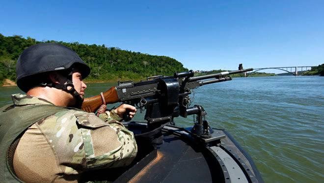 Policial federal fiscaliza o contrabando no Rio Paraná, fronteira do Brasil com o Paraguai: ações conjuntas entre os países são cada vez mais comuns.
